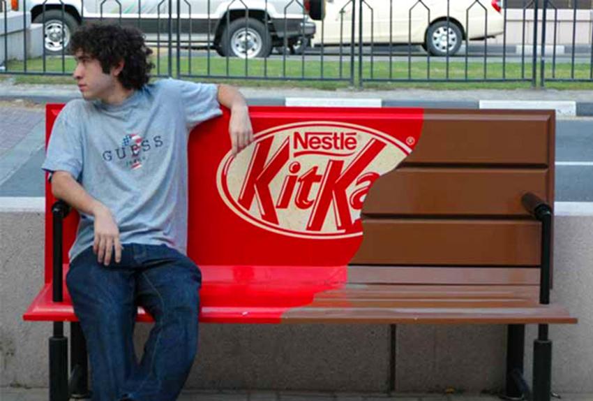 эффектная реклама на скамейках