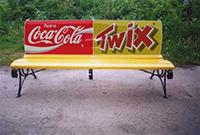 реклама в городе на скамейках